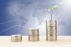 Poussez l'élevage de la pile de pièces de monnaie sur le bureau en bois sur la carte et brouillés fond du monde de graphe linéair Image libre de droits