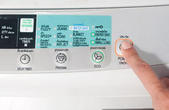 Poussez la machine à laver de bouton de puissance Images libres de droits