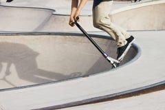 Poussez le garçon de scooter en patin-parc Photos libres de droits