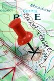 Poussez le Pin sur la carte topographique de trésor photographie stock libre de droits