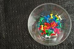 Poussez les goupilles dans un récipient en verre rond Images libres de droits