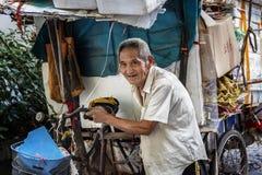 Poussez les personnes âgées de tricycle Images stock