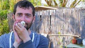 Poussin caucasien de bébé de prise d'homme, embrassant tenant le poulet banque de vidéos