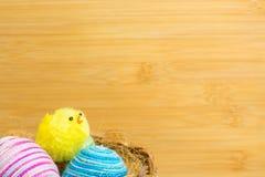 Poussins de Pâques et panier jaunes des oeufs de pâques Images stock