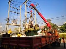 Poussoir de grue manipulant un chargement de machine au grand camion dans l'usine images libres de droits
