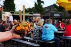 Poutine con le patate fritte e chili con carne, alimento della via, piatto, alimento fotografia stock