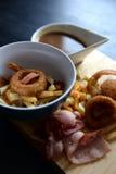 Poutine del bacon con sugo Immagine Stock Libera da Diritti