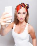 Pouting ładna kobieta bierze selfie Obrazy Stock