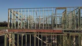 Poutrelles de plancher et maison d'étage de la structure de bois deux banque de vidéos