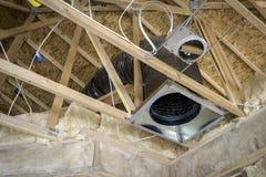 Poutrelles de toit et conduits de chauffage images stock