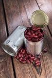 Pouvez avec les haricots nains sur le bois Photographie stock