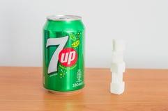 Pouvez de 330ml 7 vers le haut des cubes en boissons et en sucre photo stock