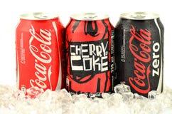 Pouvez du Coca-Cola, Cherry Coke et le Coca-Cola zéro boit sur la glace Photos stock