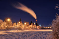 Pouvoir arctique la nuit en hiver image stock