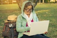 Pouvoir d'achat de grand-maman sur le marché en ligne Image libre de droits