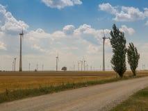 Pouvoir d'Eco Turbines de vent produisant de l'électricité photographie stock libre de droits