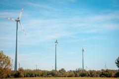 Pouvoir d'Eco Turbines de vent produisant de l'électricité en Europe vent Images stock