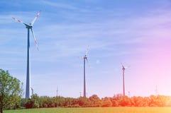 Pouvoir d'Eco Turbines de vent produisant de l'électricité en Europe vent Photos stock