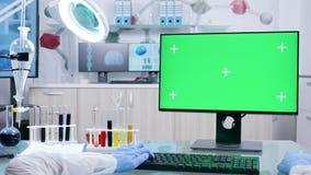 POV射击了键入在有绿色屏幕的计算机上的研究员手 股票录像