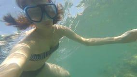 POV年轻棕色毛发的妇女水下与看对行动照相机的游泳面具,潜水,不用水肺和做 股票录像