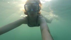 POV年轻棕色毛发的妇女水下与看对行动照相机的游泳面具,潜水,不用水肺在海 股票视频