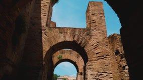 POV录影:一个古老大厦的走廊和曲拱在罗马广场 影视素材