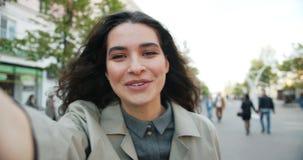 POV打在街道谈话的慢动作可爱的妇女网上视频通话 股票视频
