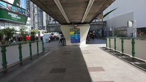 POV旅游与天空火车BTS的走在购物中心运输商场和Emquartier 影视素材