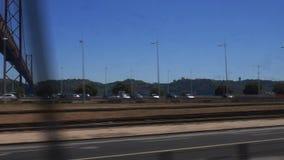 POV火车乘驾在里斯本,著名桥梁窗口视图  POV火车乘驾穿过里斯本美丽的 影视素材