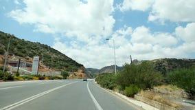 POV车辆驾驶横跨地中海绿色自然,遥远的乡下,与白色云彩的蓝天 股票录像