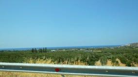 POV车辆驾驶横跨美好的绿色自然、地中海海岸风景、晴朗的蓝天和海的 影视素材