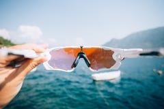 POV通过在海湾和游艇的体育玻璃 库存图片
