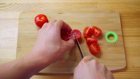 POV βλαστάησε τα ευρωπαϊκά αρσενικά χέρια που τεμαχίζουν τις φρέσκες φυσικές κόκκινες ντομάτες χρησιμοποιώντας το μαχαίρι απόθεμα βίντεο
