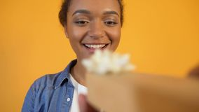 POV του προσώπου που παρουσιάζει λίγο giftbox στο χαριτωμένο αφροαμερικανός κορίτσι, εορτασμός απόθεμα βίντεο