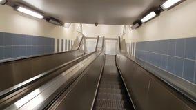POV άποψη που κινείται κάτω από την κυλιόμενη σκάλα απόθεμα βίντεο