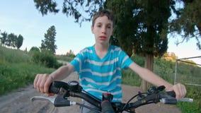 POV ενός νέου αγοριού που απολαμβάνει έναν γύρο ποδηλάτων στην αγροτική επαρχία απόθεμα βίντεο