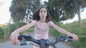 POV ενός νέου κοριτσιού που απολαμβάνει έναν γύρο ποδηλάτων στην αγροτική επαρχία απόθεμα βίντεο