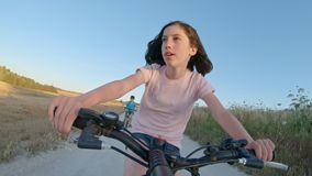 POV ενός νέου κοριτσιού που απολαμβάνει έναν γύρο ποδηλάτων στην αγροτική επαρχία φιλμ μικρού μήκους