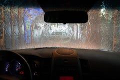 POV εσωτερικό πλύσιμο αυτοκινήτων κατά τη διάρκεια του ξεβγάλματος Στοκ Εικόνα