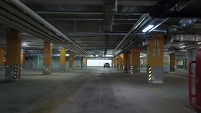 Pov κίνηση μέσω του υπόγειου γκαράζ χώρων στάθμευσης απόθεμα βίντεο