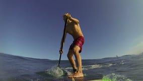 POV στάση επάνω στο κουπί Surfer απόθεμα βίντεο