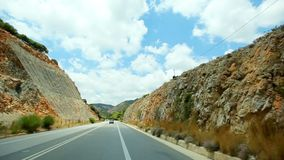 POV ταξίδι αυτοκινήτων πέρα από το παράκτιο τοπίο, μεσογειακός δρόμος ασφάλτου ακτών curvy με τους βράχους καθιζήσεων εδάφους απόθεμα βίντεο