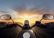 POV του οδηγού μοτοσικλετών με handlebars στοκ εικόνα με δικαίωμα ελεύθερης χρήσης