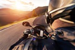 POV του οδηγού μοτοσικλετών που οδηγά στον αλπικό δρόμο στοκ εικόνες με δικαίωμα ελεύθερης χρήσης