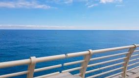 POV του περπατήματος τουριστών στην ανώτερη γέφυρα κρουαζιέρας, καθαρή μπλε θάλασσα, έννοια οικολογίας απόθεμα βίντεο
