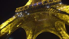 POV του τουρίστα που εξετάζει το φωτισμένο πύργο του Άιφελ, γύρος επίσκεψης στο Παρίσι φιλμ μικρού μήκους