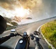 POV του φραγμού οδήγησης εκμετάλλευσης motorbiker, που οδηγά στις Άλπεις Στοκ Φωτογραφία