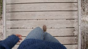 POV των μποτών που περπατούν στην ξύλινη γέφυρα απόθεμα βίντεο