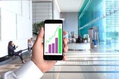 POV χεριών τηλεφωνικού smartphone κυττάρων γραφικών παραστάσεων φραγμών διαγράμματα επιτυχίας άποψης προοπτικής γραφείων εργασιακ Στοκ Φωτογραφία