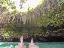 POV женских ног при маникюр плавая внутри к sw канавы Sua Стоковая Фотография RF